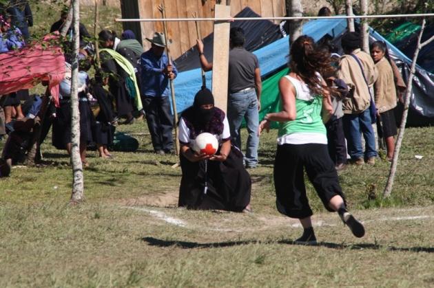 Mujeres zapatistas jugando a fútbol.